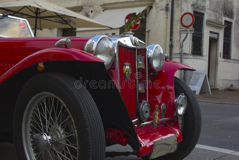 um nariz bonito do carro do vintage que se permita uma caminhada nas ruas de Treviso foto de stock