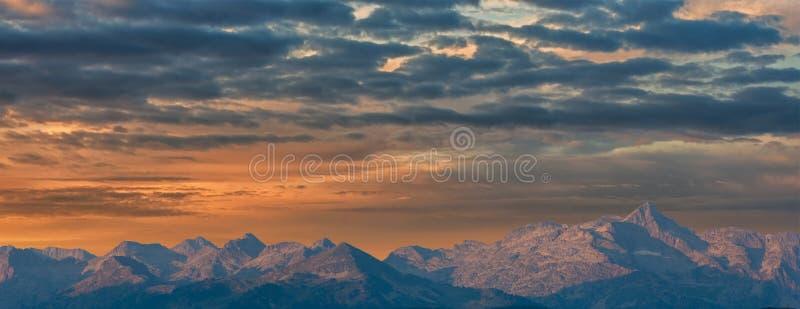 Um nascer do sol bonito sobre a montanha de Pyrenees foto de stock