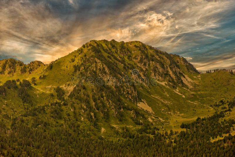 Um nascer do sol bonito sobre a montanha de Pyrenees fotografia de stock