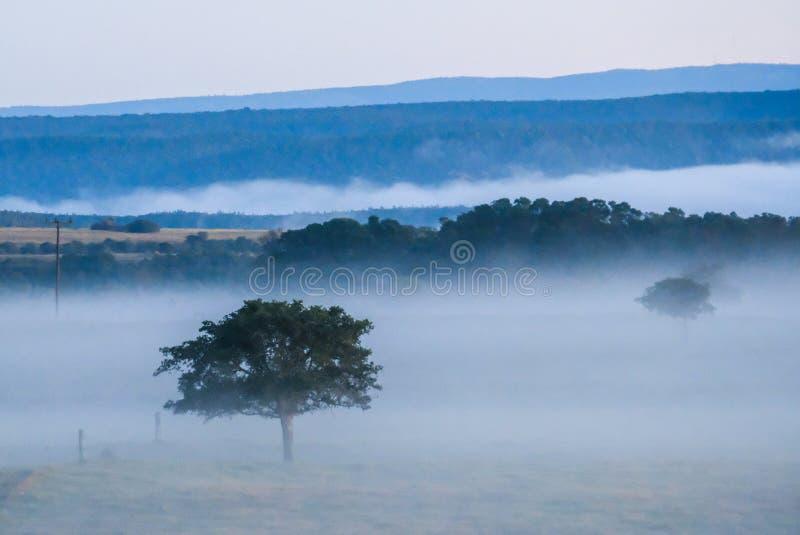 Um nascer do sol impressionante na exploração agrícola imagens de stock