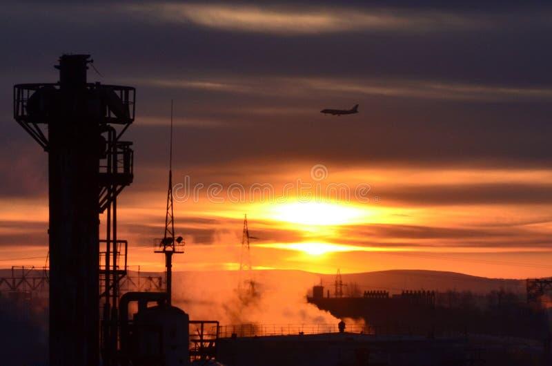 Um nascer do sol na fábrica A foto foi tomada da janela da fábrica, no amanhecer, em um dia de trabalho normal imagem de stock royalty free
