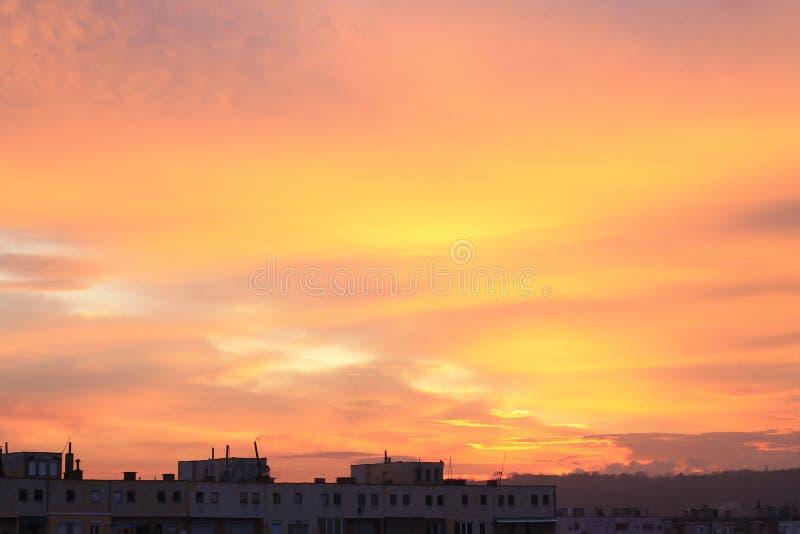Um nascer do sol sobre a cidade, capturada na estação meados de do inverno imagem de stock royalty free