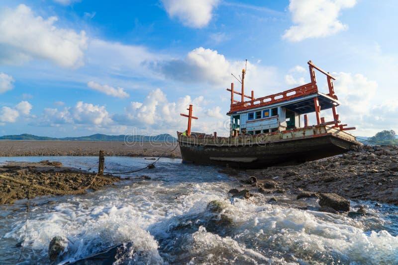 Um naufrágio velho ou abandonado pescando o navio com fundo da cachoeira e do céu azul na costa da cidade de Phuket, Tailândia Se foto de stock royalty free