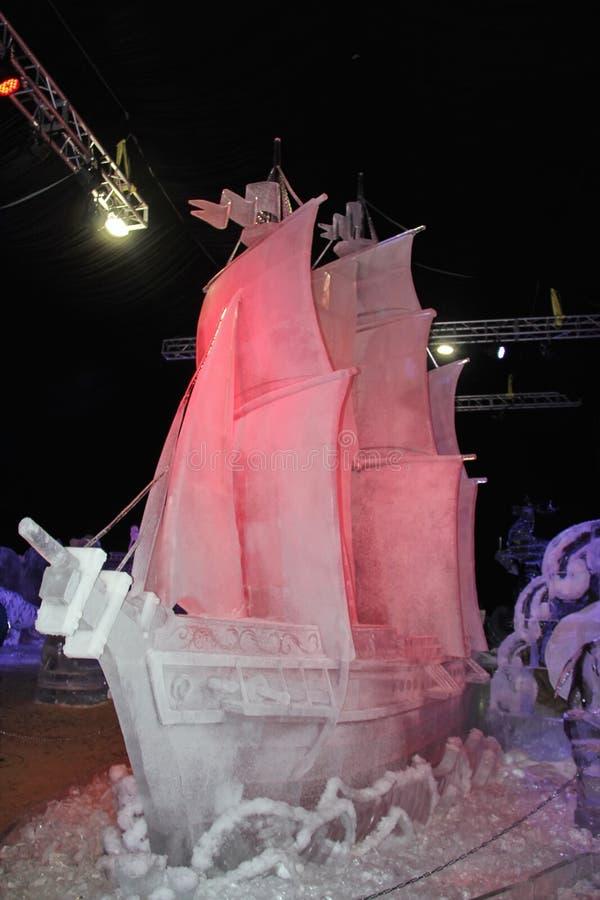 Um navio com as velas feitas do gelo foto de stock