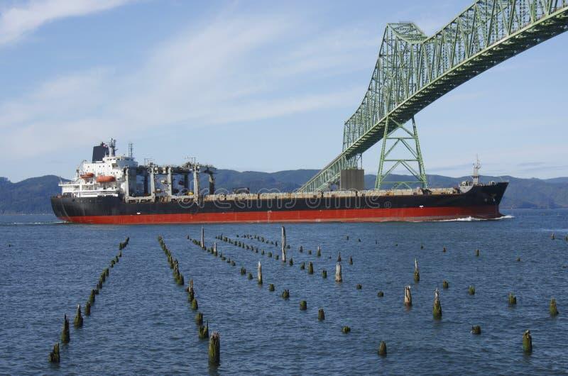 Um navio de carga & a ponte de Astoria. imagem de stock royalty free