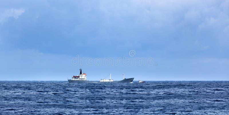 Um navio de carga no oceano fotos de stock