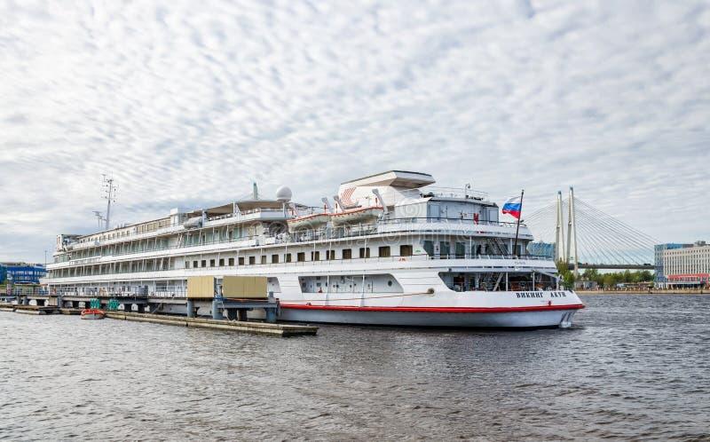 Um navio de cruzeiros amarrou no cais no porto do passageiro foto de stock royalty free