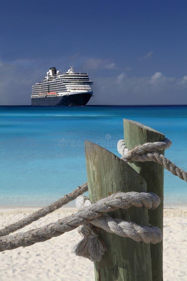 Um navio de cruzeiros coloca na âncora fora de um beac branco da areia fotografia de stock