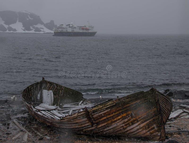 Um navio de cruzeiros fora da costa da Antártica fotos de stock royalty free