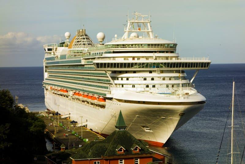 Um navio de cruzeiros maciço entrou em kingstown, st, vincent fotografia de stock royalty free