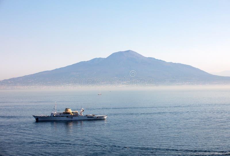 Um navio de cruzeiros no golfo de Nápoles na perspectiva do Monte Vesúvio Sorrento, Italy fotos de stock