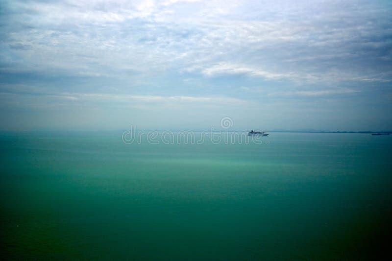 Um navio de cruzeiros no meio do mar perto do porto de Penang, Malásia fotografia de stock royalty free