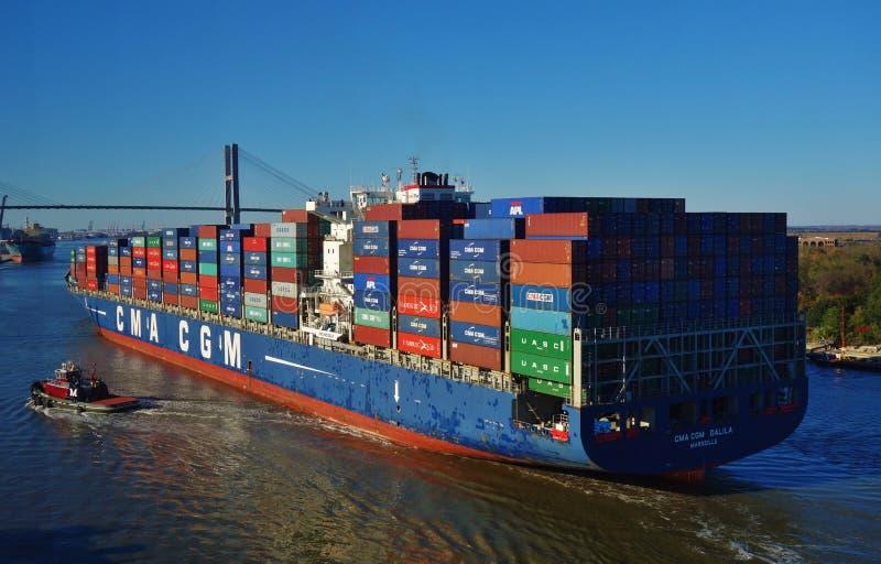 Um navio de recipiente em Savannah River foto de stock royalty free