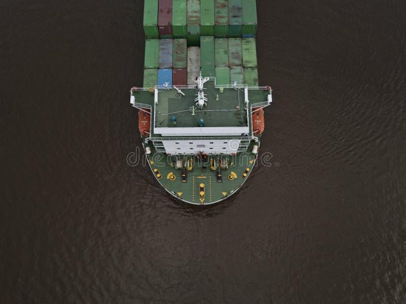 Um navio de recipiente enorme da exportação disparado de um ângulo alto imagens de stock