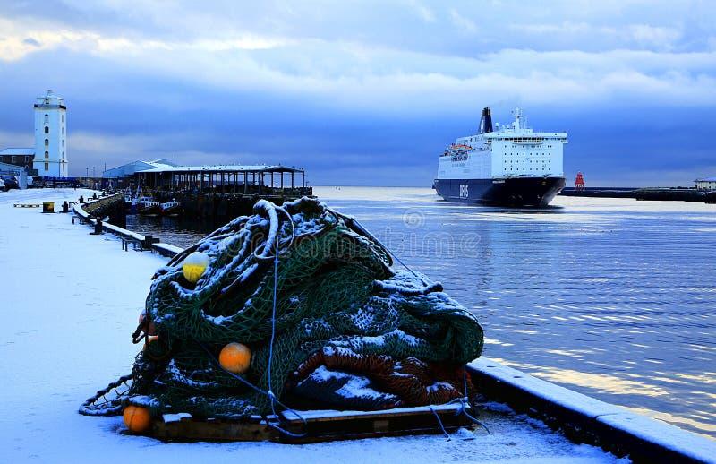 Um navio entra mover no inverno fotos de stock royalty free