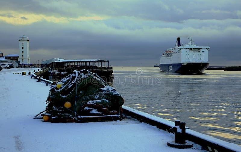 Um navio entra mover no inverno imagens de stock