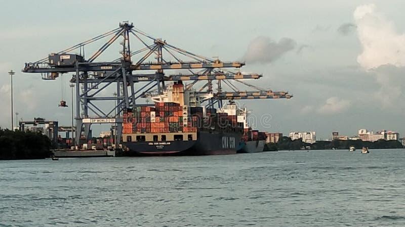 Um navio grande com o recipiente que loding fotos de stock royalty free