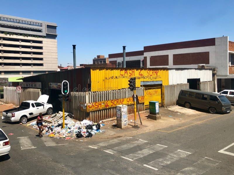 Um negociante de sucata está abrigando seu lixo nas ruas de Joanesburgo, África do Sul foto de stock