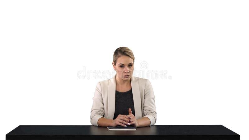 Um newsreader fêmea que apresenta a notícia, adiciona sua própria texto ou tela da imagem atrás dela, fundo branco fotos de stock royalty free