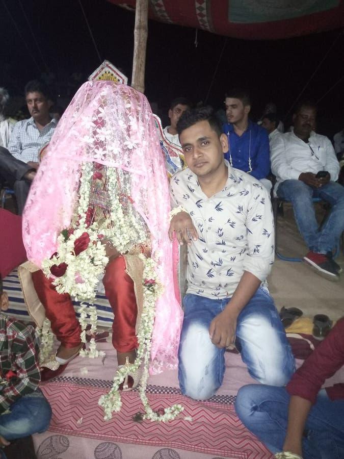 Um noivo muçulmano indiano com sua procissão imagem de stock royalty free