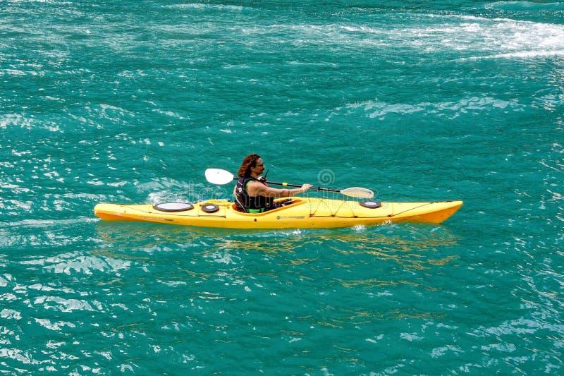 Um oeste dirigido Kayaker abaixo do Chicago River imagens de stock royalty free