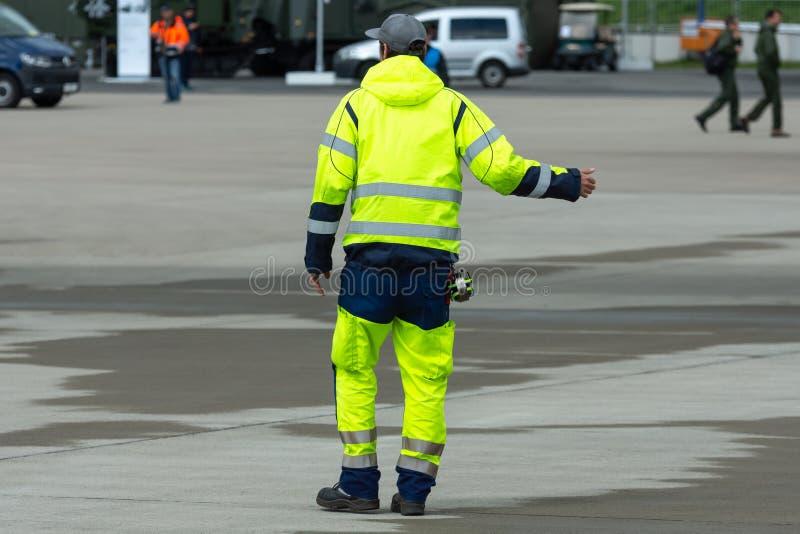 Um oficial de segurança do voo no aeródromo fotos de stock