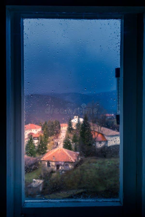 Um olhar através da janela em um dia chuvoso foto de stock royalty free