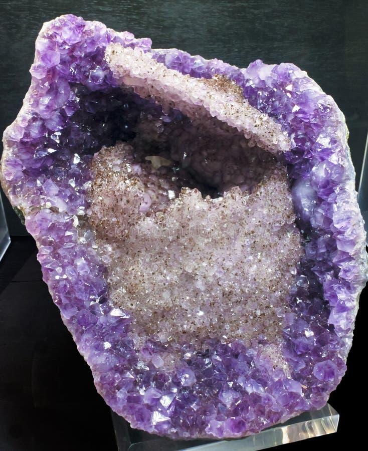 Um olhar dentro de um geode completamente dos cristais imagens de stock royalty free