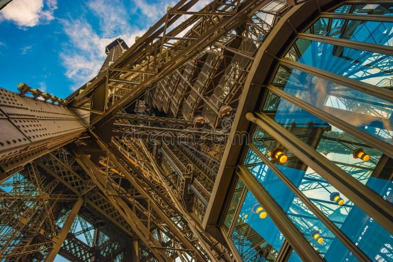 Um olhar em cima da parte superior das torres Eiffel francesas restourant com uma lente larga do ângulo durante o por do sol imagem de stock