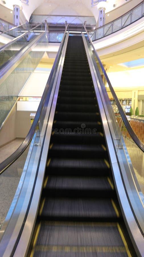 Um olhar em ir acima escada rolante fotografia de stock