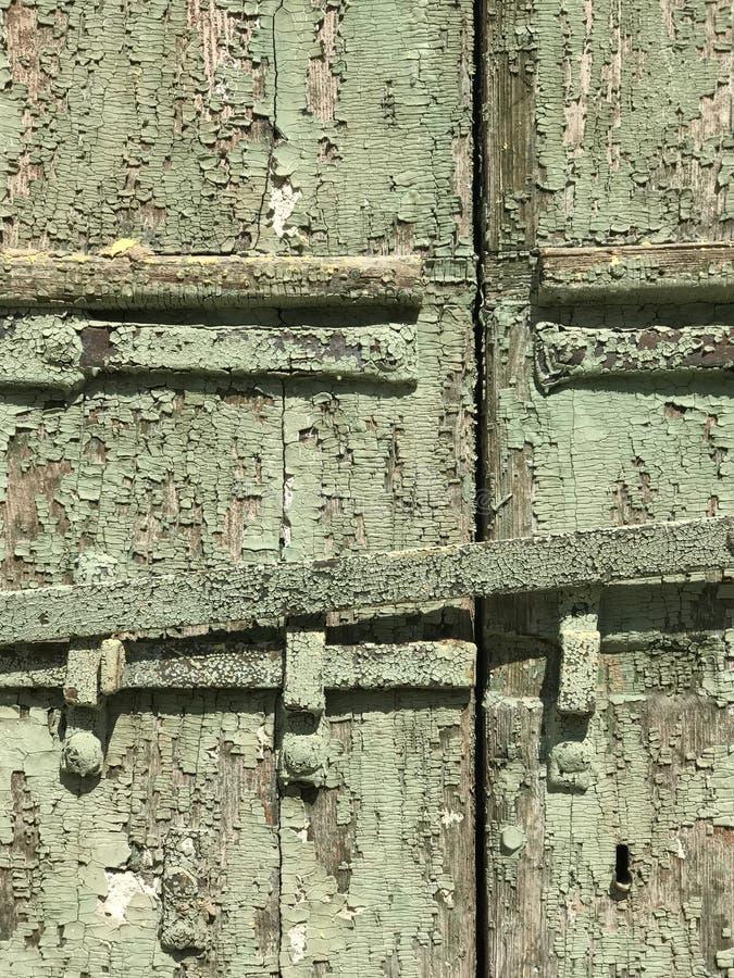 Um olhar frazzled na pintura lascada em um verde e em uma textura amarela e rica fotografia de stock