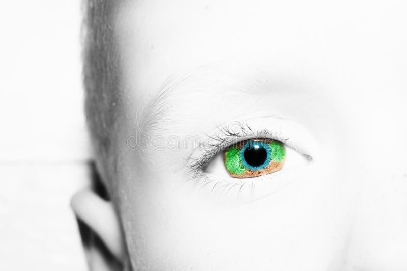 Um olho perspicaz bonito do menino do olhar Feche acima do tiro imagens de stock