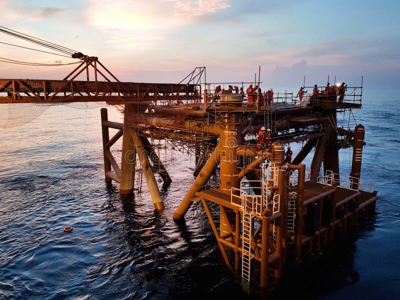 Um outro dia no campo petrolífero fotografia de stock