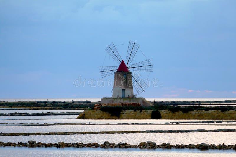 Um outro moinho de vento no meio do mar em Sicília - Itália imagem de stock royalty free