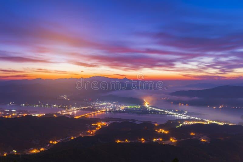 Um outro nascer do sol em Yangsuri com névoa Montanhas em Seoul, sul imagem de stock royalty free