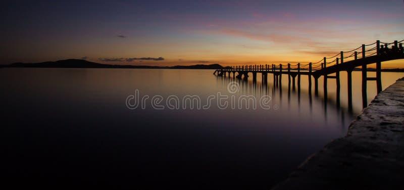 Um outro por do sol em um cais na ilha de Coron, Palawan, Filipinas fotos de stock royalty free
