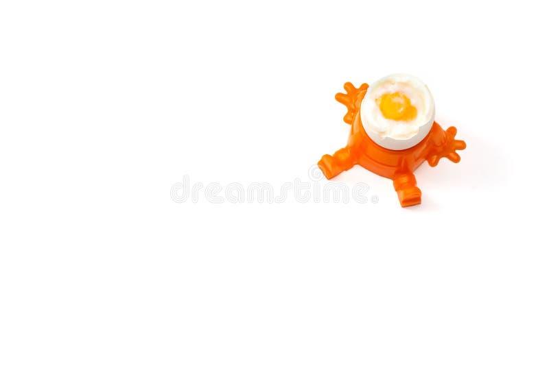 Um ovo quente está em um copo de ovo, isolado fotografia de stock