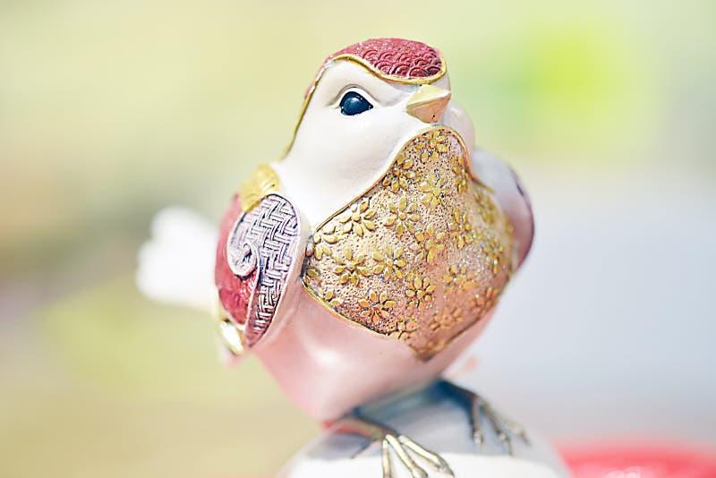 Um pássaro que tem a vária plumagem colorida imagens de stock royalty free