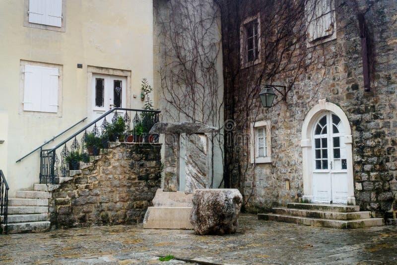 Um pátio acolhedor pequeno na cidade velha de Budva montenegro fotografia de stock royalty free