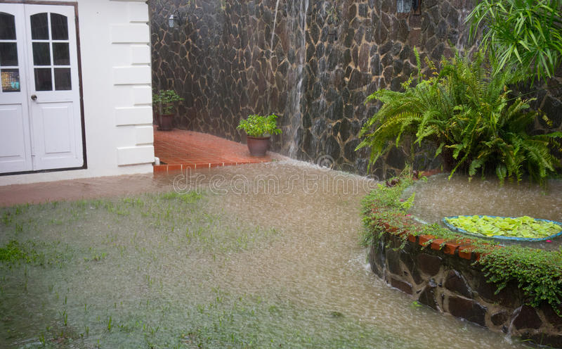 Um pátio no das caraíbas que está sendo inundado durante a estação das chuvas imagens de stock