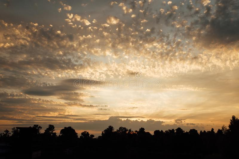 Um pôr do sol incrivelmente bonito em Zaporozhye, Ucrânia Céu Fantasia foto de stock royalty free