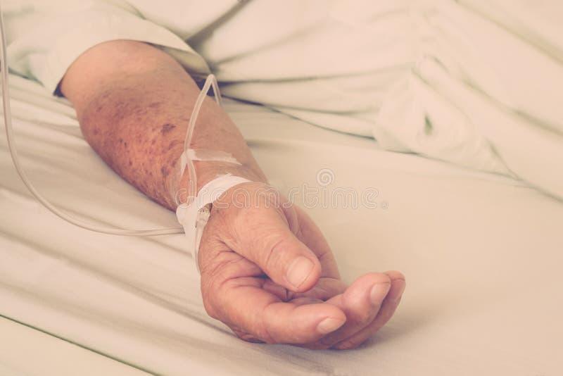 Um paciente no hospital com intravenous salino fotos de stock
