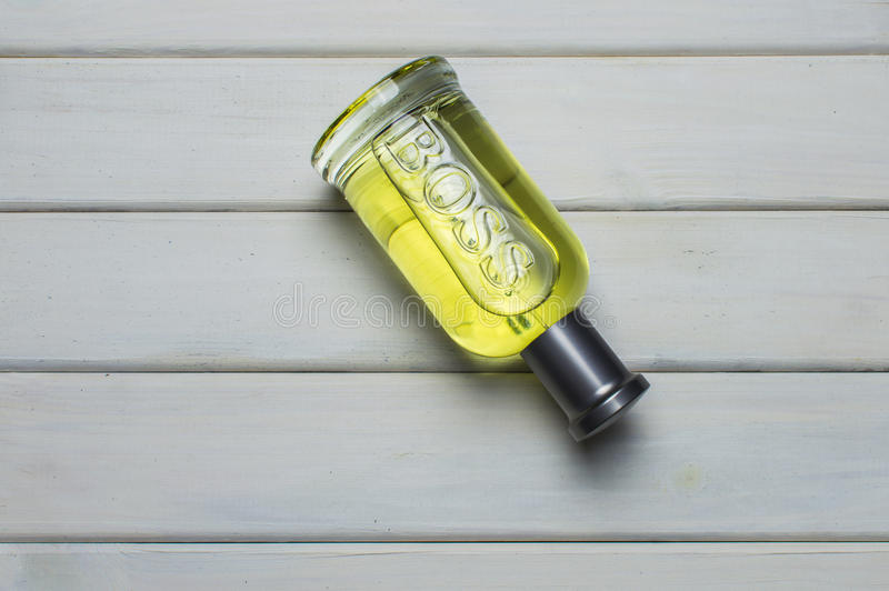 Um pacote da garrafa da fragrância cinzenta de Bottled do CHEFE para homens por Hugo Boss imagem de stock royalty free