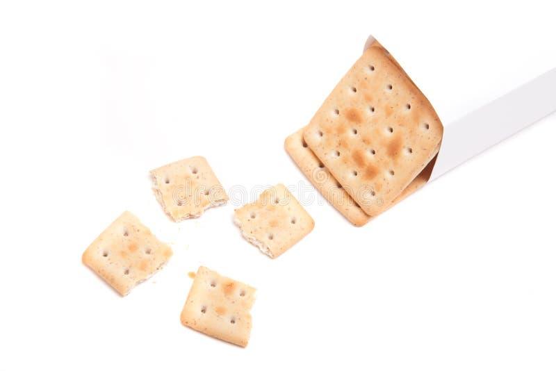 Um pacote de biscoitos e de um quebrado isolado no fundo branco imagem de stock