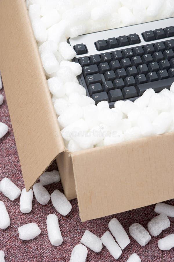 Um pacote que contem um teclado de computador fotografia de stock