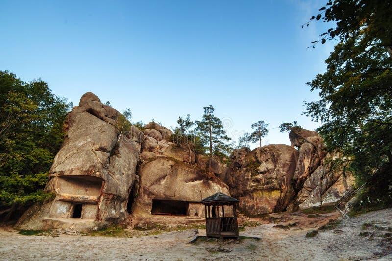 Um pagamento de pedra antigo Afloramento de rocha incomuns na reserva natural Rochas e milagre da floresta do mundo fotografia de stock