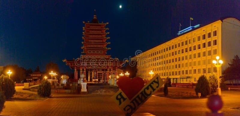 Um pagode budista de sete dias e um sinal eu amo Elista no quadrado de Lenin imagem de stock royalty free