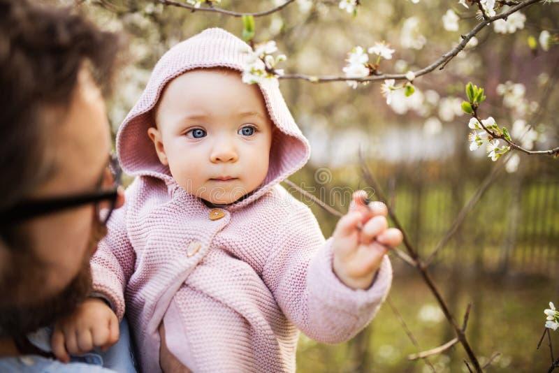 Um pai com sua filha da criança fora na natureza da mola fotos de stock royalty free