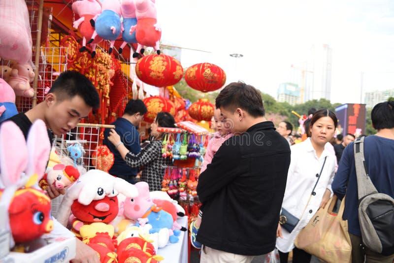 Um pai e uma filha estão visitando o mercado chinês do ano novo fotografia de stock