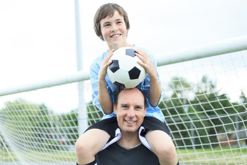 Um pai novo do jogador de futebol fotos de stock